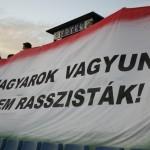 """""""Jesteśmy Węgrami, nie rasistami"""" (zdjęcie z meczu piłkarskiego ...)"""